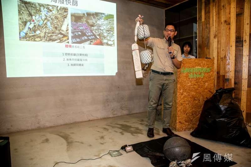 台灣淨灘活動十分盛行,海邊的垃圾卻總是清也清不完,為了解垃圾的來源、集中在哪、量有多少,綠色和平與荒野保護協會今年7月啟動第一次的全台本島海岸線快篩調查,用目測的方式評估污染程度。(陳明仁攝)