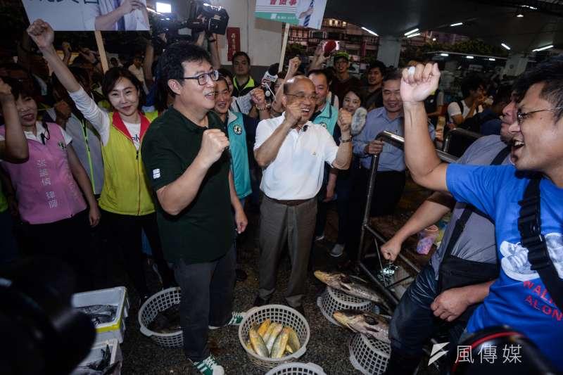20180829-民進黨新北市長參選人蘇貞昌與台北市長參選人姚文智前往台北漁產批發市場掃街,民眾向兩人加油打氣。(甘岱民攝)