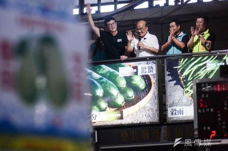 20180829-民進黨新北市長參選人蘇貞昌與台北市長參選人姚文智前往台北第一果菜批發市場掃街,兩人在市議員參選人的陪同下在高台拜票。(甘岱民攝)