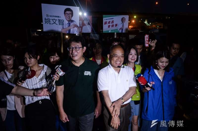 20180829-民進黨新北市長參選人蘇貞昌與台北市長參選人姚文智前往台北漁產批發市場掃街,在進入市場前接受媒體提問。(甘岱民攝)