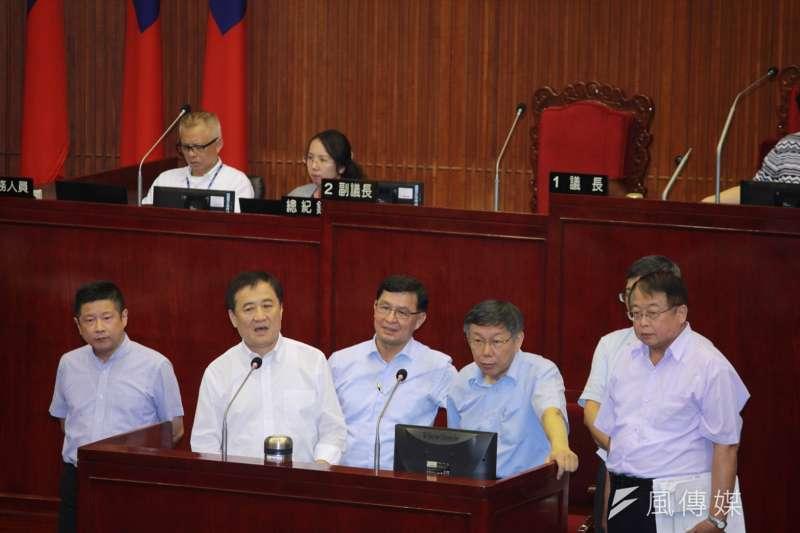 台北市議會本會期市政總質詢8月30日開始,台北市長柯文哲就第一果菜市場改建一事接受質詢。(方炳超攝)