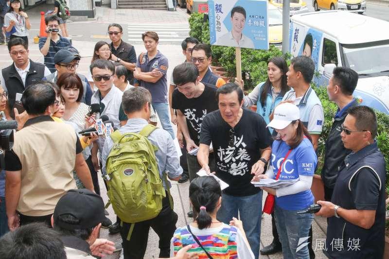 圖為前總統馬英九出席募集以核養綠公投連署書活動。(陳明仁攝)