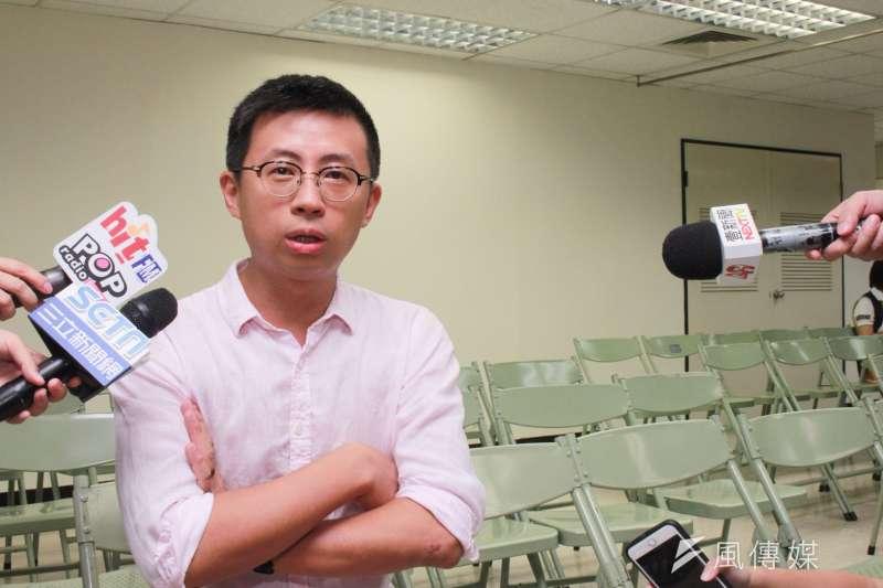 網紅「呱吉」邱威傑30日帶著20萬現金現身選委會,正式登記參選松山信義區的台北市議員。(方炳超攝)