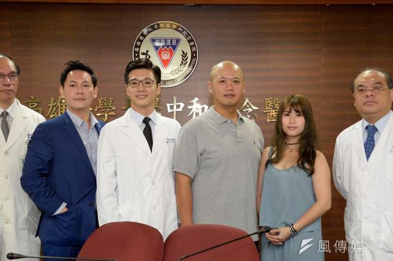 高醫大口腔外科醫師陳裕豐(左三)表示,睡眠呼吸中止症的治療手術能幫助病患及其枕邊人更安心入眠,是最浪漫的手術。(圖/徐炳文攝)