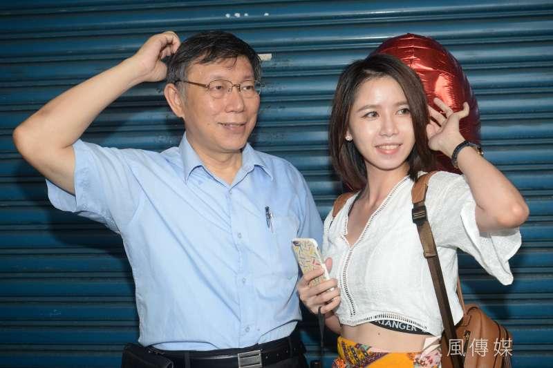 大選前夕,根據天下雜誌調查,向來在六都排名後段班的台北市長柯文哲,這次勇奪第一,圖為柯文哲出席InstaMeet活動,與參與活動的民眾一起比出抓頭手勢合影。(甘岱民攝)