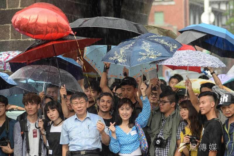 台北市長柯文哲出席InstaMeet活動,拿著氣球與所有參與活動的民眾合影。(甘岱民攝)
