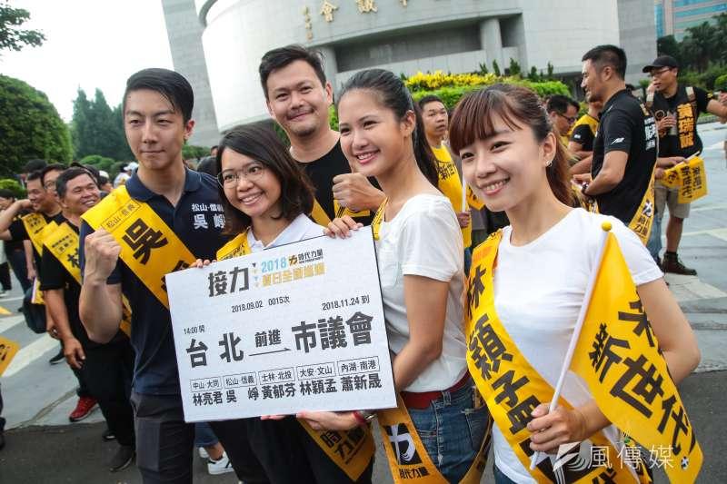 時代力量在台北的5位議員候選人中,松山信義議員候選人吳崢(左1)正式表態不支持台北市長柯文哲,而士林北投議員候選人黃郁芬(左2)、內湖南港議員候選人蕭新晟(左3),則在臉書表態支持柯。(資料照,顏麟宇攝)