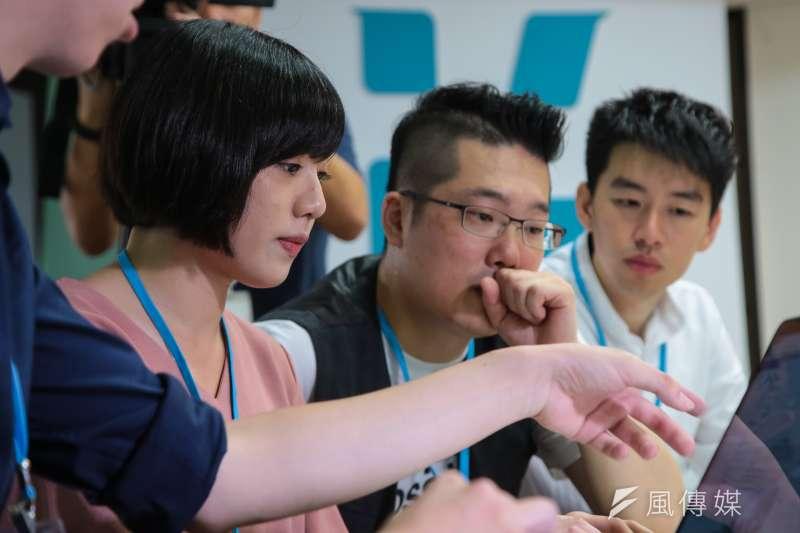 20180903-學姐黃瀞瑩、林昆鋒(右2)3日正式加入柯文哲競選團隊。(顏麟宇攝)