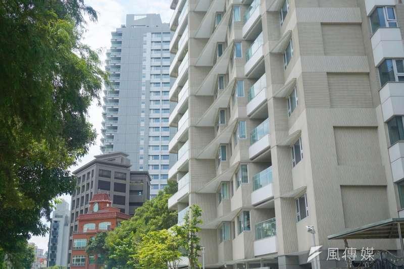 作者認為,景氣好的時候建商會根據市場需求來制定房價,但當景氣不好時,地價會影響房價的下修程度,消費者的議價能力轉強。(資料照,姚翰光攝影)