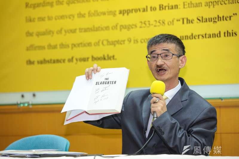作家吳祥輝4日下午至台北地檢署按鈴,對柯文哲提告誹謗,並將提起民事求償1000萬元。圖為吳祥輝今召開記者會。(顏麟宇攝)