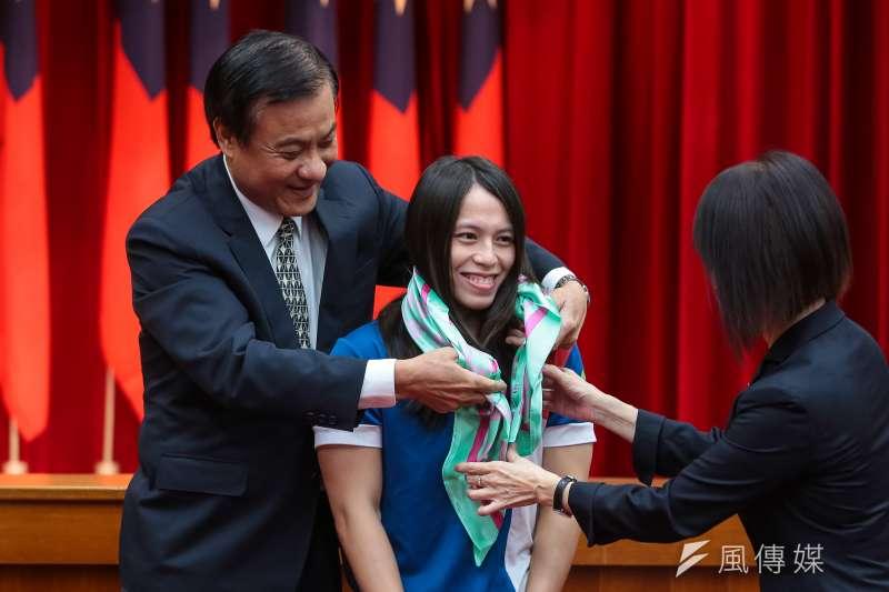20180904-立法院長蘇嘉全4日接見第18屆亞運中華代表團,並由舉重金牌選手郭婞淳代表受贈紀念絲巾。(顏麟宇攝)