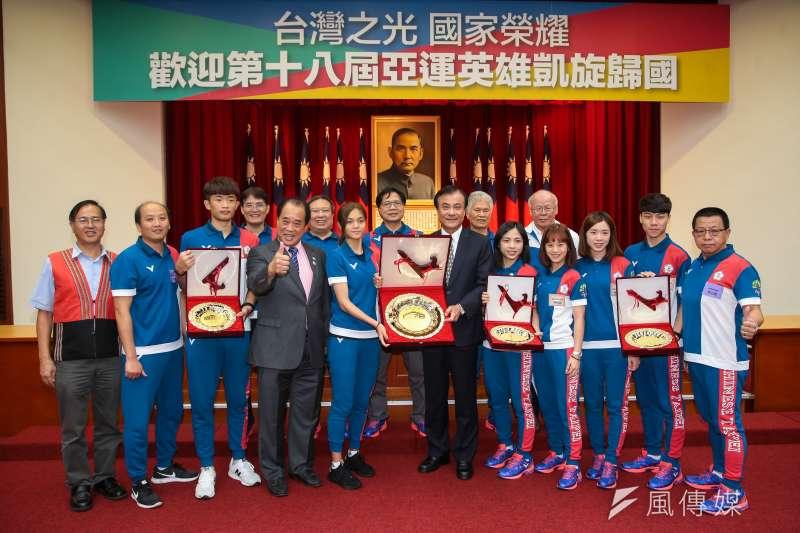 20180904-第18屆亞運中華代表團跆拳道項目選手4日至立院拜會院長蘇嘉全,並獲贈獎牌合影。(顏麟宇攝)