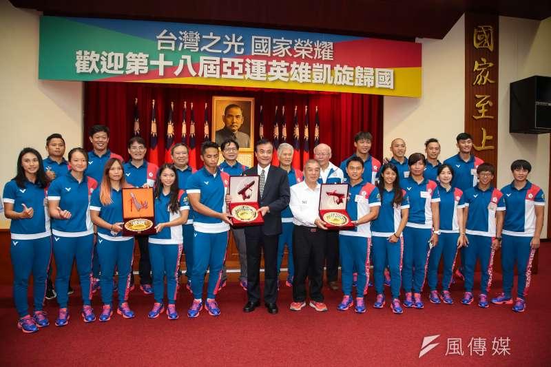 20180904-第18屆亞運中華代表團輕艇項目選手4日至立院拜會院長蘇嘉全,並獲贈獎牌合影。(顏麟宇攝)