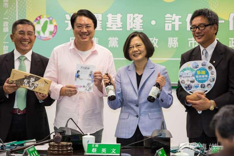 總統蔡英文5日於民進黨中常會,稱讚基隆市長林右昌(左2)三年多來的政績。(顏麟宇攝)