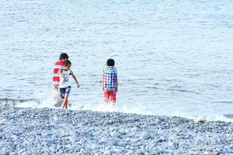 20180905-溪河水域溺水配圖,夏日炎炎民眾常前往海邊玩水消暑,卻忽略在水面下的危機。(陳品佑攝)