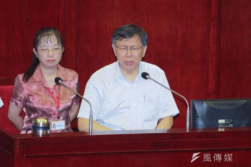 台北市長柯文哲(右)6日赴台北市議會備詢,針對第一果菜市場改建案及吳音寧等事再度爆粗口。(方炳超攝)