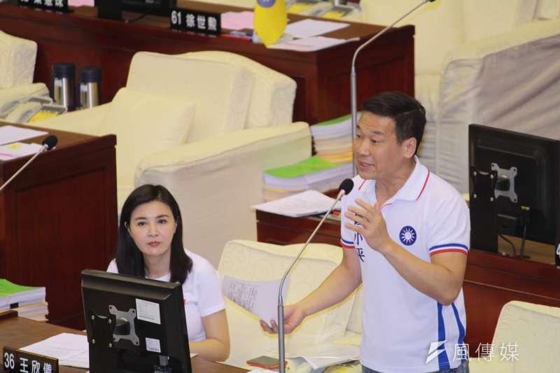 20180906_國民黨籍市議員鍾小平(右)在台北市議會質詢。(方炳超攝)