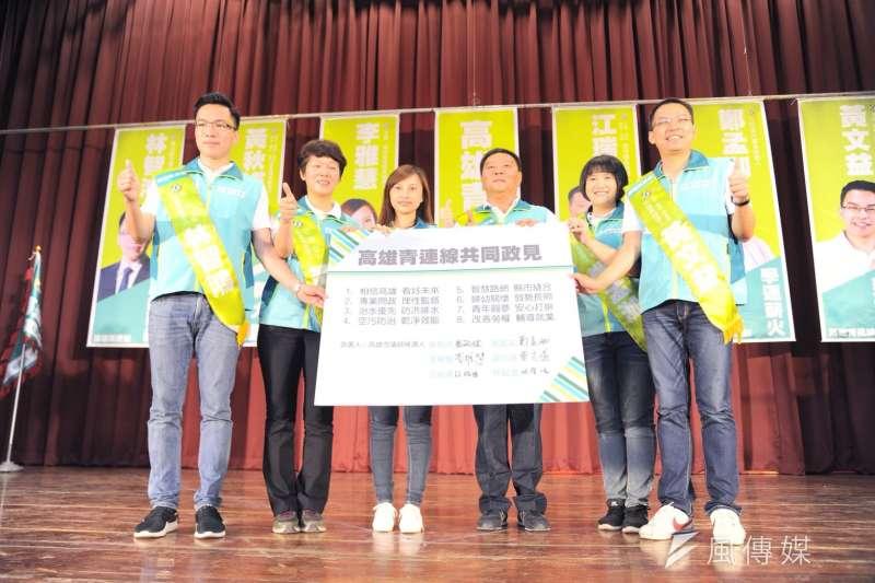 六位綠營市議員新人候選人宣布成立高雄青連線,簽署共同宣言,強調專業問政、為民發聲。(圖/徐炳文攝)