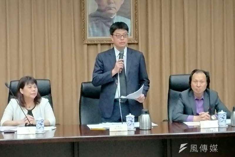 因應中國對台31項措施,陸委會發表成果報告。圖為陸委會副主委李麗珍(左起)、副主委邱垂正、主秘華士傑。(林瑋豐攝)