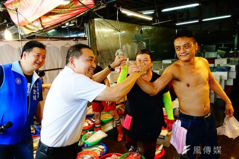 國民黨新北市長參選人侯友宜6日到土城市場掃街拜票,受到民眾與攤販熱情歡迎。(羅暐智攝)