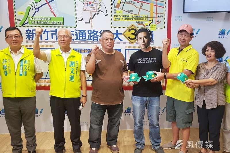 無黨籍新竹市長候選人謝文進陣營奉上三隻紙烏龜給新竹市長林智堅,諷刺新竹市府交通建設的速度慢如龜速。(圖/方詠騰攝)