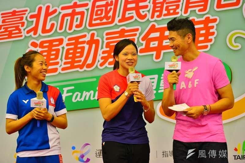 台北市體育局今天邀請射箭國手譚雅婷(左)、女排國手楊孟樺(中)來分享亞運經驗,譚雅婷也透漏了自己提收專注力的秘訣。 (金茂勛攝)