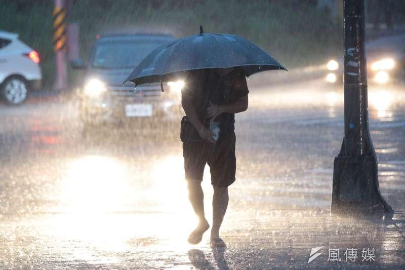 北部受鋒面影響,8日下午開始出現大雷雨。9日暴雨仍不停歇,中央氣象局上午8時20分針對全台8縣市發布豪大雨特報,其中新北市、基隆市、台北市山區為「超大豪雨特報」。(顏麟宇攝)