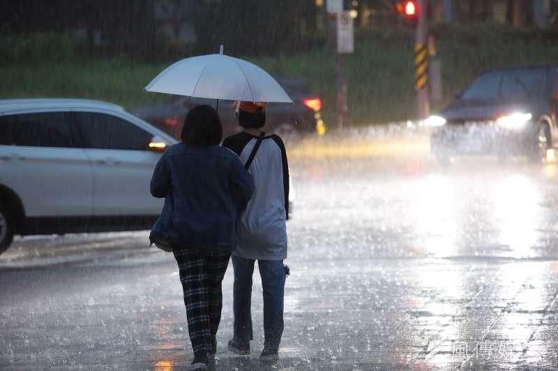 中央氣象局19日預報,明天會有結構較好的鋒面通過台灣,各地天氣不穩定,應防大雨或豪雨。示意圖。(資料照,顏麟宇攝)
