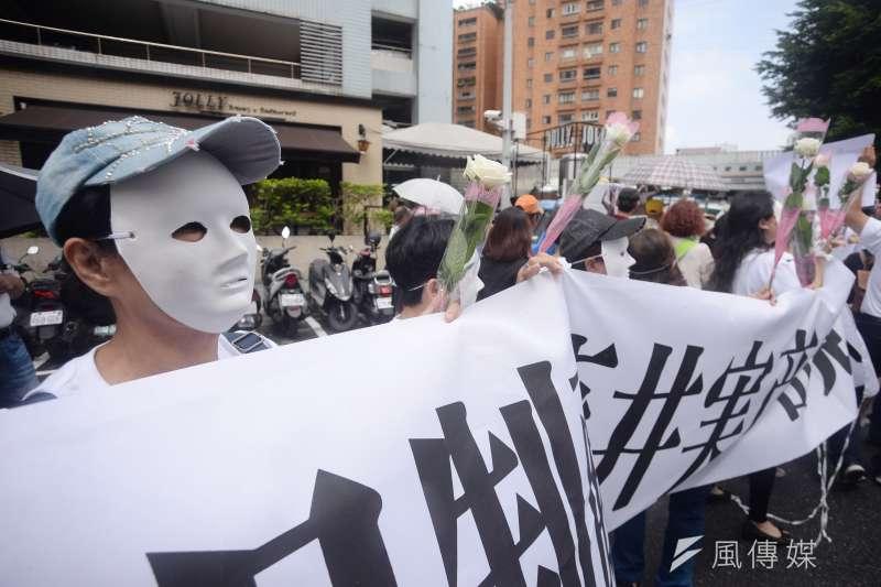 台南市慰安婦人權平等促進協會「侵門踏戶 吃人夠夠 沼田幹夫 出來道歉」記者會,民眾帶著白面具拉起布條。(甘岱民攝)