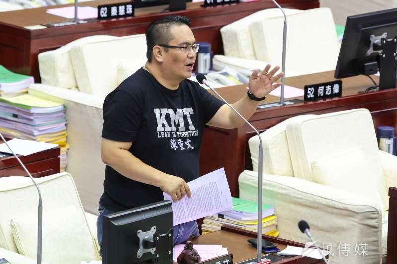 北農將率隊前往帛琉考察,台北市議員陳重文11日於市議會怒批17人去帛琉4天,卻只有1天是考察,是亂花錢。(顏麟宇攝)