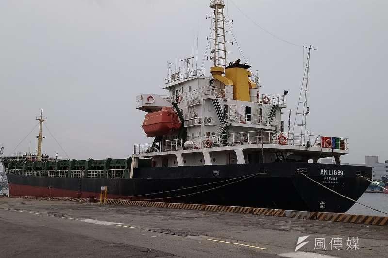 擱淺於旗津水域的「安利669」輪,經拖救團隊連日持續不斷努力,終於順利脫險拖進港內。(圖/徐炳文攝)