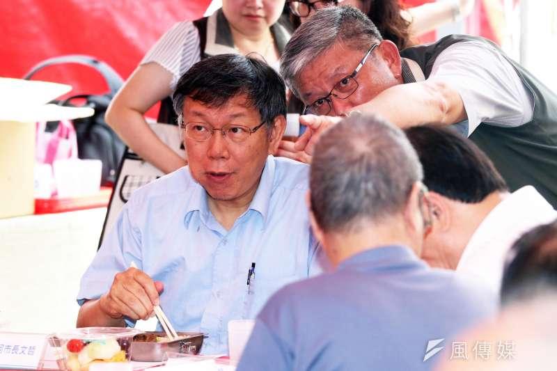 釋出5萬多個職缺,優先給退休軍公教,被質疑搶藍營票。台北市長柯文哲(左一)回應,榮民也是台北市民,不論是藍是綠,該做的還是要做。(蘇仲泓攝)