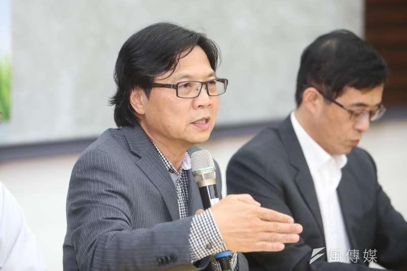 教育部就台大校長遴選進度召開記者會,教育部長葉俊榮(左)提出解套方式,希望能走出僵局。(陳明仁攝)
