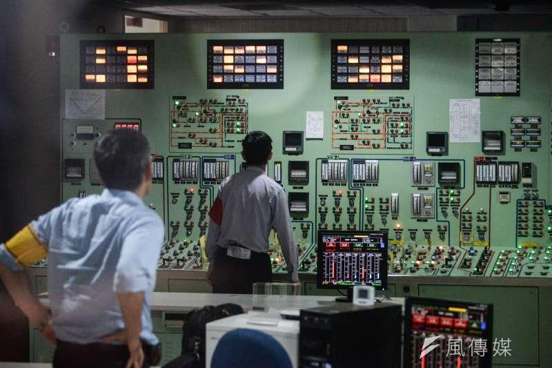 20180914-原能會辦理「107年核安第24號演習」,核一廠的模擬操作中心,員工正在處理演習的題目。(甘岱民攝)