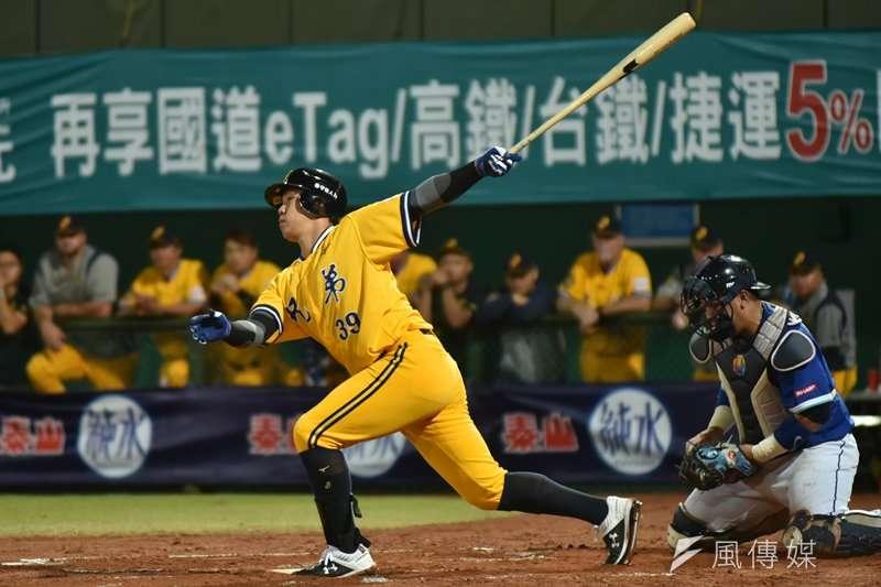 詹子賢在延長賽11局下半擊出再見三分砲,送給陳江和最棒的退休禮物。(資料照,王永志攝)