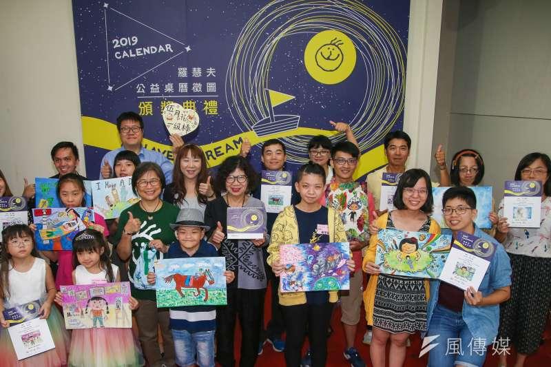 羅慧夫顱顏基金會2019 I Have a Dream公益桌曆16日開賣,選用的作品包含王文千和其他11名亞洲顱顏患者的畫作,每一幅都乘載著他們的希望與夢想。(陳明仁攝)