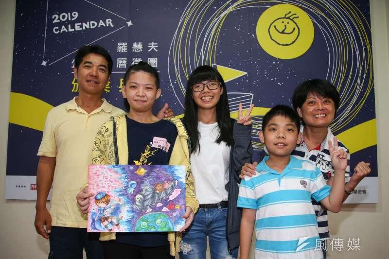 黃宇萱和她的家人,出席20180916-為幫助更多的顱顏患者,羅慧夫顱顏基金會2019年「I Have a Dream」公益桌曆頒獎典禮暨首賣活動展開。(陳明仁攝)