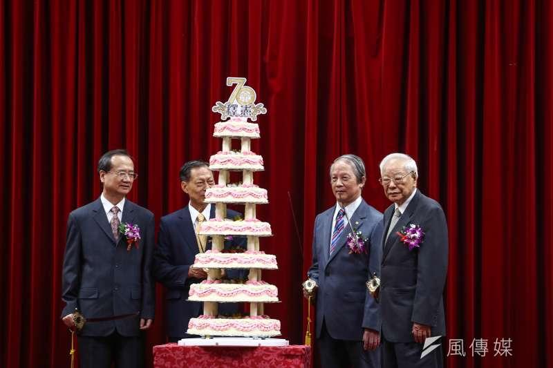 司法院釋憲七十周年慶祝大會,現任與前任院長上台合影。(陳品佑攝)