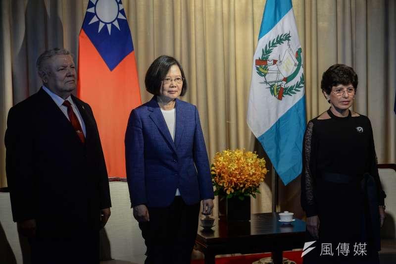 2018年9月17日,中美洲獨立197周年紀念酒會,總統蔡英文(中)、瓜地馬拉駐台大使亞谷華(右)及宏都拉斯駐台大使謝拉。(甘岱民攝)
