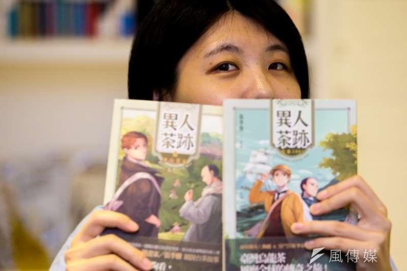 漫畫家張季雅所繪《異人茶跡》,帶領讀者一窺揀茶女、箱館畫師等19世紀台茶產業風貌。(陳明仁攝)