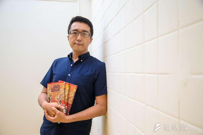 漫畫家蕭乃中接受《風傳媒》專訪,談及《龍泉俠大戰謎霧人》的整個創過程,他表示無法只畫出野台布袋戲的黃金歲月,且就算不去正視野台戲的衰敗,作品中也會不斷浮現。(陳明仁攝)