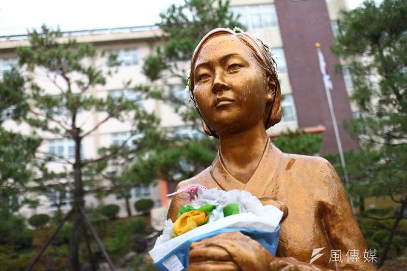 南韓大邱市大邱女子商業高等學校內和平少女像。(顏麟宇攝)