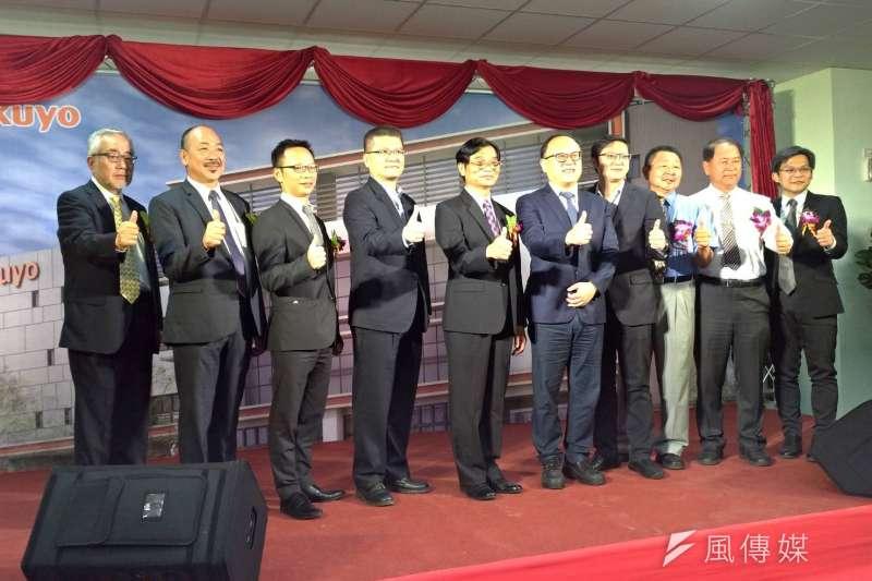 高雄市副市長史哲(右五)、合發土地開發公司總經理張俊良(左四)、督洋生技董事長粘振雄(左五)等人出席督洋落成典禮,對高雄未來發展抱持樂觀態度。(圖/徐炳文攝)