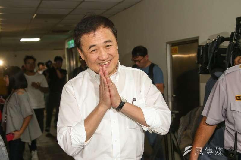 台北農產運銷公司董事長陳景峻19日在董事會上正式請辭,他在受訪時說,今天心情很好,因為終於卸下重擔。(陳明仁攝)