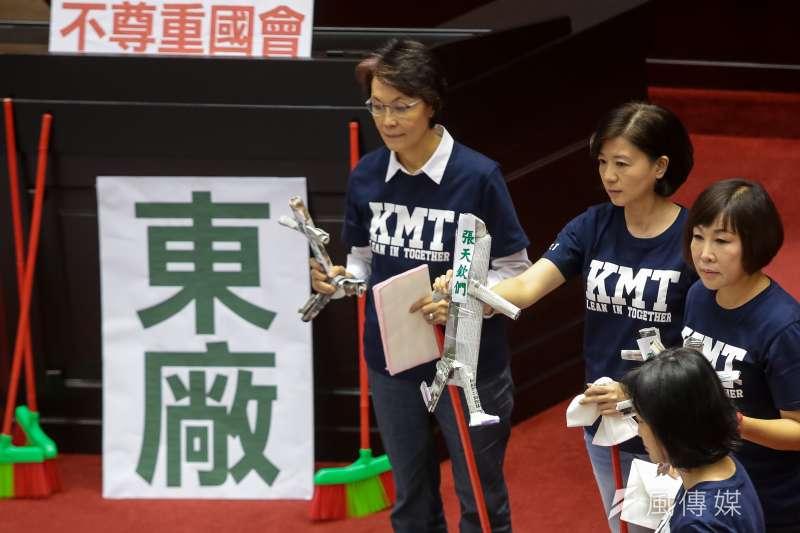 國民黨立委黃昭順、王育敏、呂玉玲等21日於立院總質詢時,將寫有「張天欽們」的紙人掃入紙箱。(顏麟宇攝)