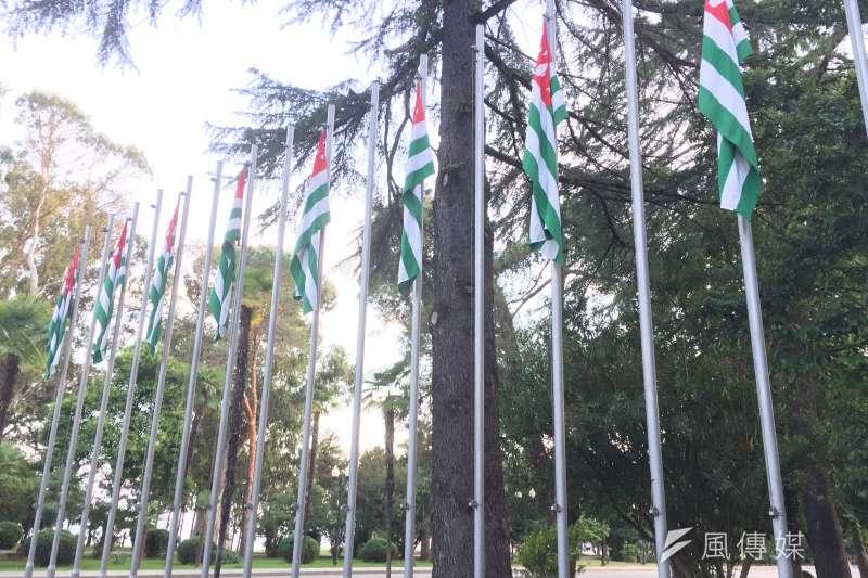 阿布哈茲:首都蘇呼米市中心一排阿布哈茲國旗(簡恒宇攝)