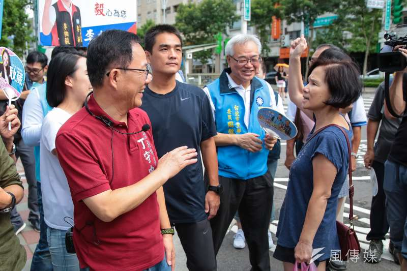 20180923-國民黨台北市長參選人丁守中23日至建國花市掃街拜票,民眾高喊加油當選。(顏麟宇攝)