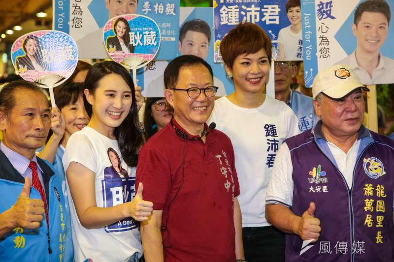 20180923-國民黨台北市長參選人丁守中23日與台北市議員參選人耿葳(左2)、鍾沛君(右2)至建國花市掃街拜票。(顏麟宇攝)