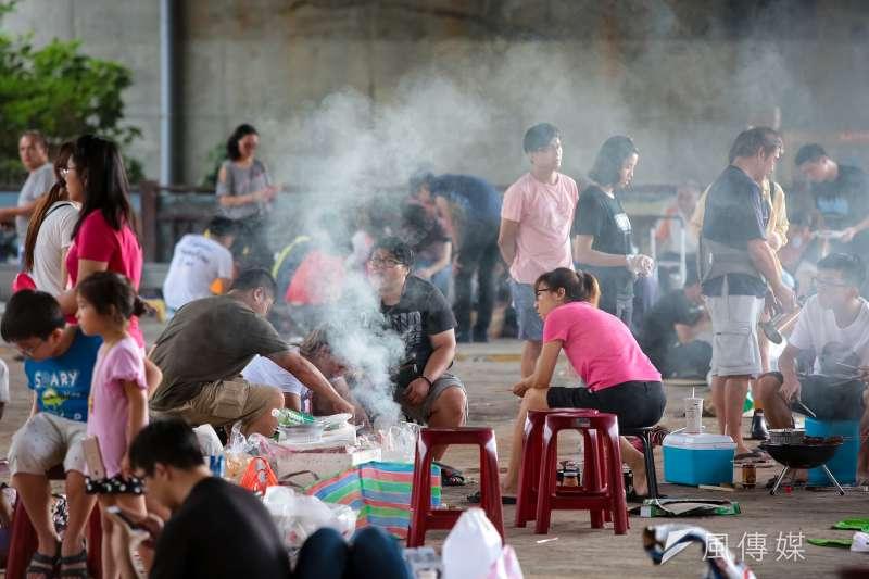 台中市政府宣布,今(7)日起台中市所有戶外公共場域一律禁止烤肉活動,家裡烤肉則只限同住家人。(資料照/顏麟宇攝)