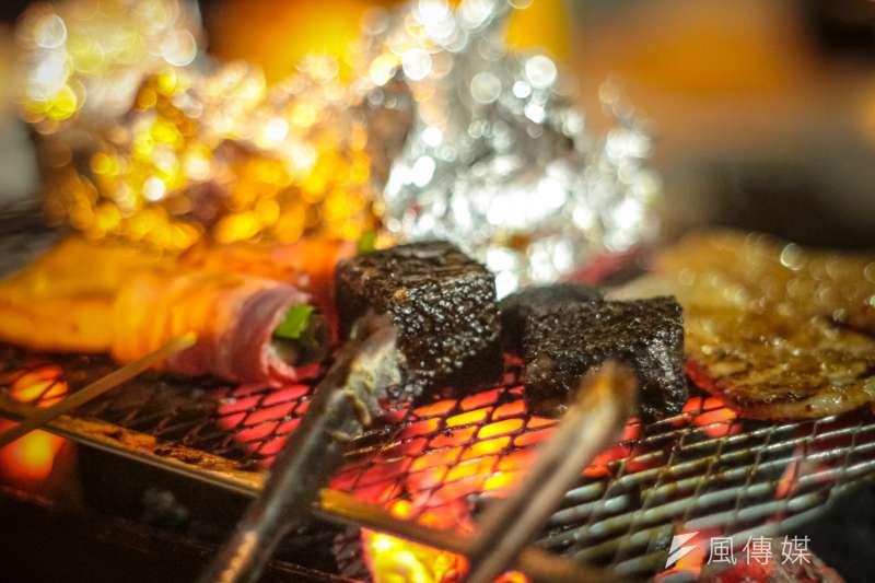 台灣本土疫情近日再度升溫,許多縣市都已宣布中秋節禁止戶外烤肉,而醫師沈政男也指出,若台灣邁入Delta疫情階段,今年一樣無法出外跨年。(示意圖/甘岱民攝)
